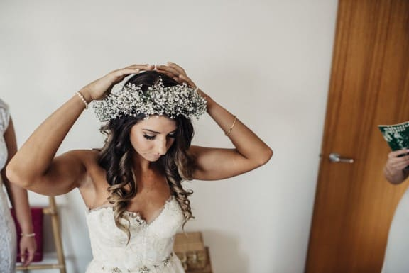 Babies breath flower crown | Photography by Fiona Vail