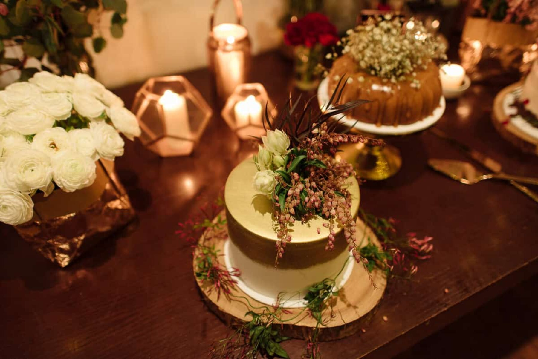 rustic wedding cake buffet / Photography by Keelan Christopher